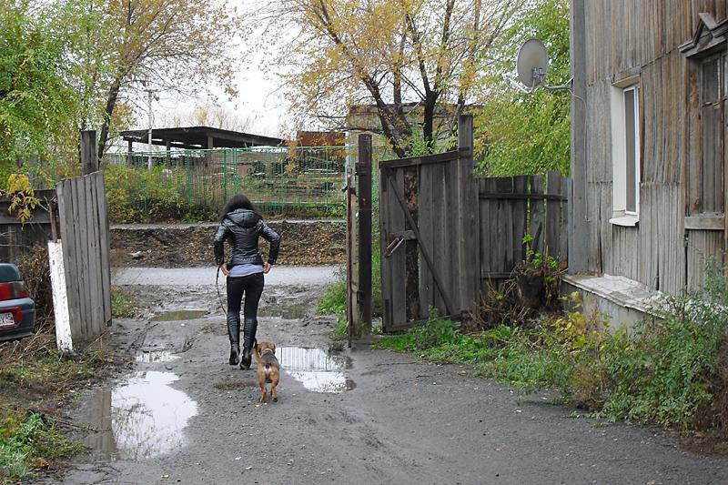 """Весьма """"упакованная"""" дама с собачкой вышла из деревянной двухэтажки. Это вроде бы уже начало улицы Красина."""