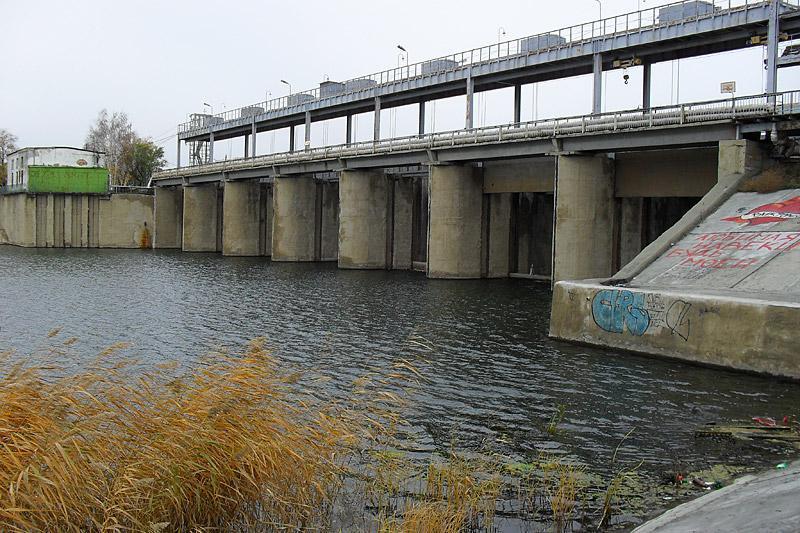 Плотина вблизи. На Тоболе бывают сильные наводнения, и плотина была построена для регулировки уровня воды в реке.