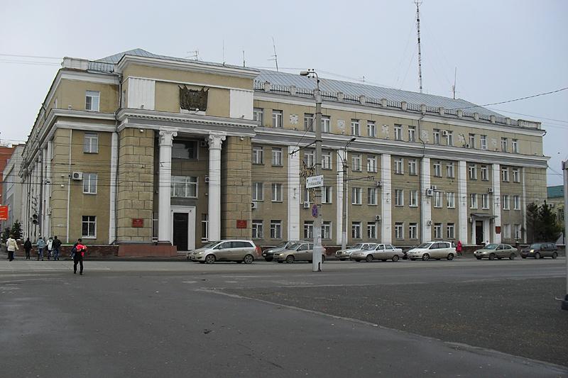 Еще здание на площади.