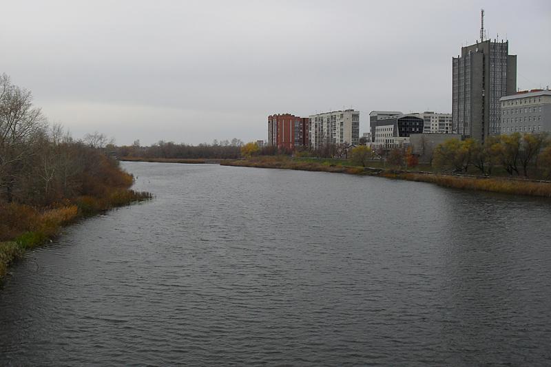 Снова Тобол. Вид с плотины в ту сторону, откуда я пришел. Справа среди прочих административные здания налоговой службы, управления Банка России.