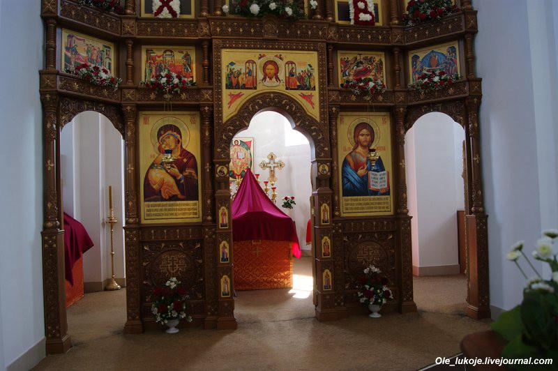 Внутри храма уже проводят службы, внутренняя отделка ещё не закончена.