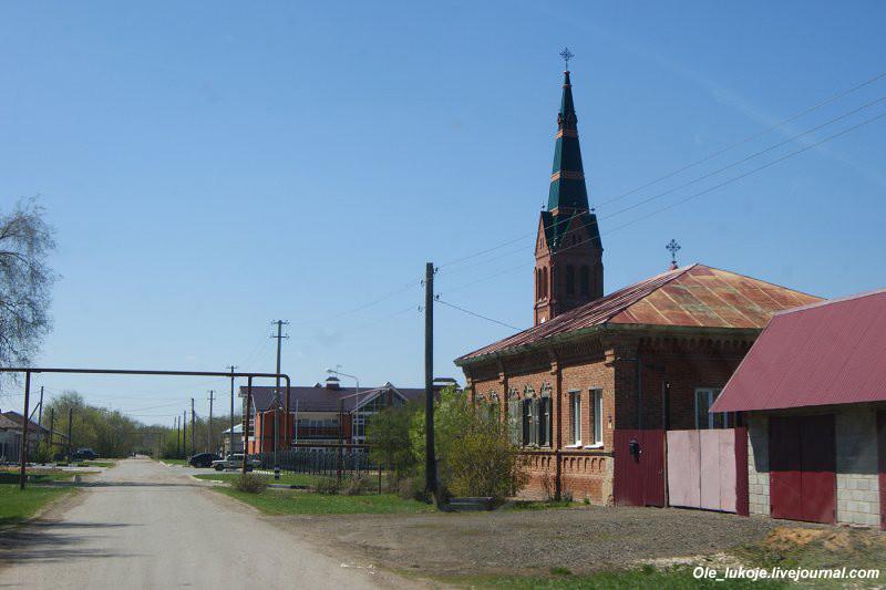 Едем всё дальше. Село Зоркино Марксовского района Саратовской области. Над селом возвышается шпиль главного храма.