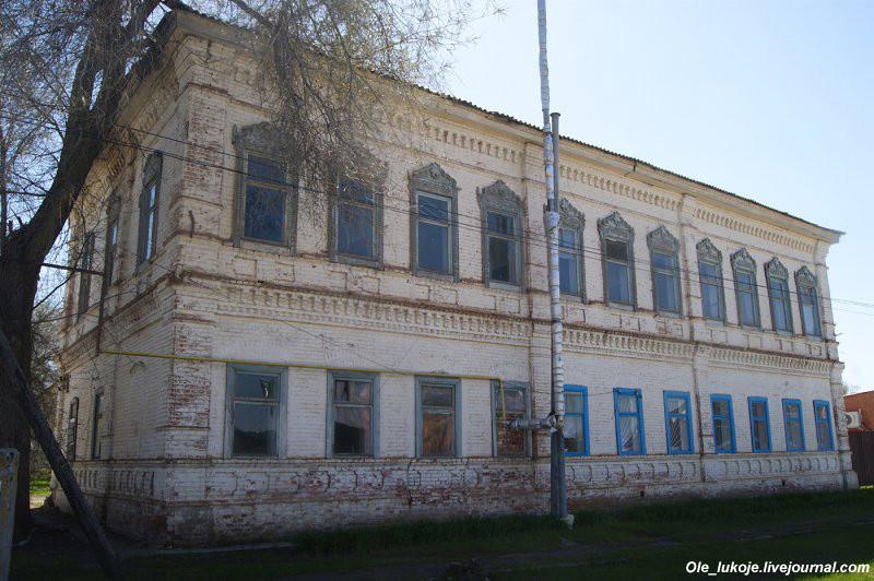 Капитальный старый дом, как в уездных городах.