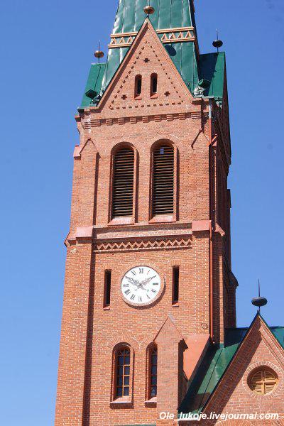 Кирха Иисуса была возведена в 1877 году на месте деревянной в романско-готическом стиле (конечно с приставкой нео). Здание с 48-метровой башней с четырьмя часами, органом и вместительностью до 900 человек появилось по проекту известного берлинского зодчего Иоганна Эдуарда Якобшталя.