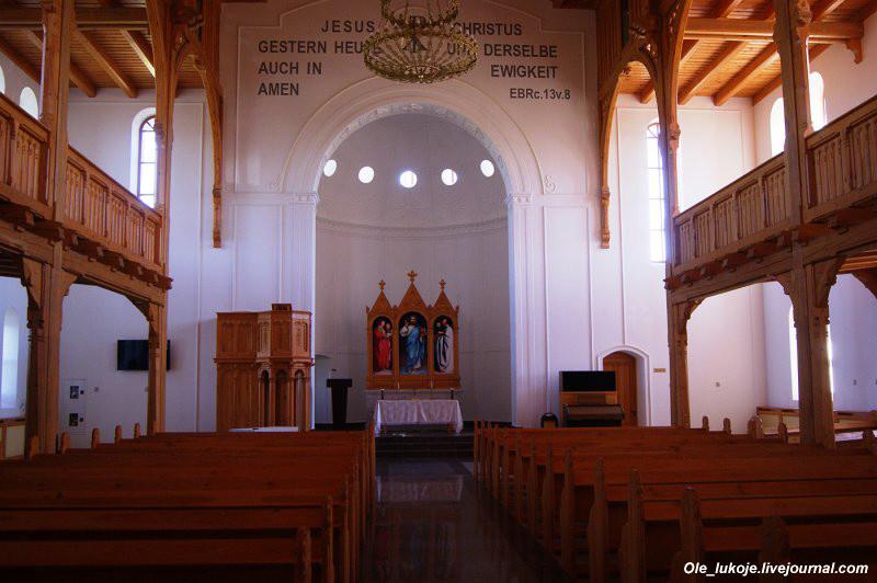 Внутри лютеранской кирхи Иисуса Христа. Реставраторы старались восстановить интерьер близко к оригинальному, но честно говоря, новодел всё же виден.
