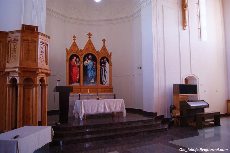 Алтарь. В наши дни службы проводятся редко (по-моему иногда по воскресеньям), также проходят органные концерты.