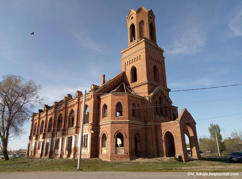 Лютеранская кирха в Липовке была построена в 1906 году. По размерам она едва ли не больше кирхи в Зоркино, однако ей повезло гораздо меньше.