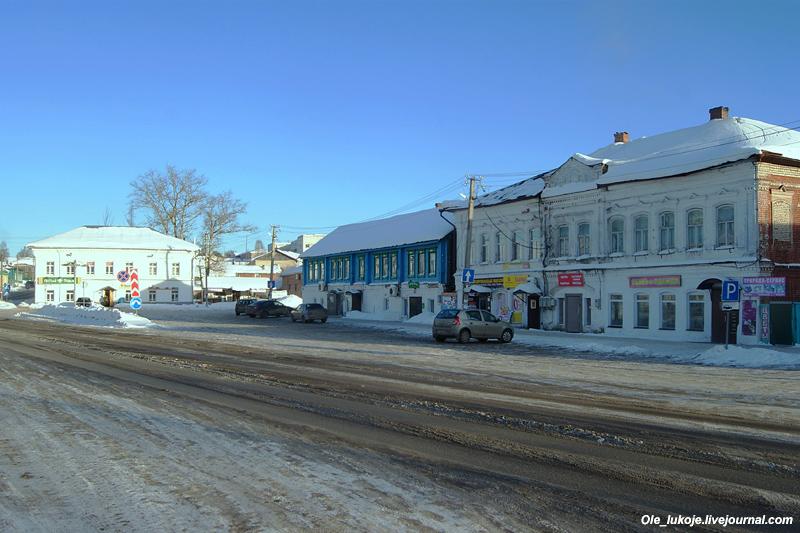 Вид на другую сторону площади. Уездная застройка 19 века.