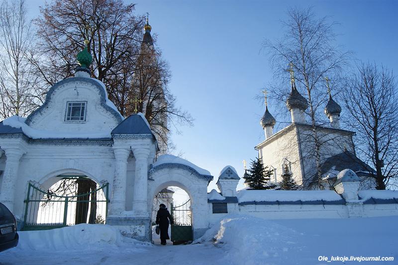 Поднявшись на холм, оказываемся перед воротами Преображенского собора. Именно на этом холме стояла древняя деревянная крепость 14 века.