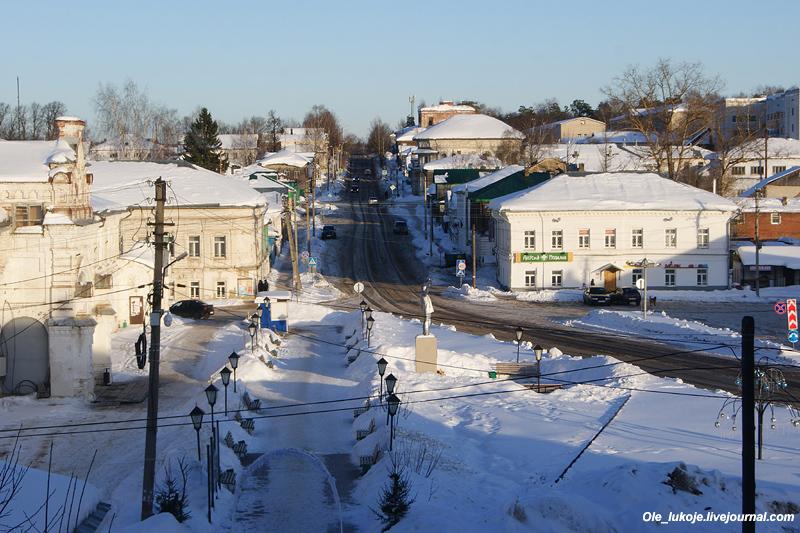 Спускаемся с холма. Панорама центральной площади и уходящей от нее улицы Комсомольская.