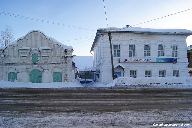 На Комсомольской есть кое-что интересное, например бывшая торговая лавка конца 18 века слева.