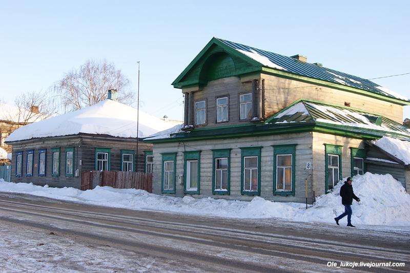 Также есть и деревянные дома, без них никуда в российских городах, особенно к северу от Москвы. Но надо отметить, что в Судиславле на центральных улицах деревяшек на удивление мало.
