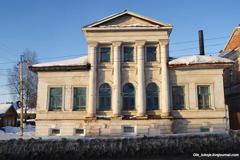 Дальше по Комсомольской улице дом земского врача С.А. Невского в стиле классицизма. За домом левее уходит улица Невского.