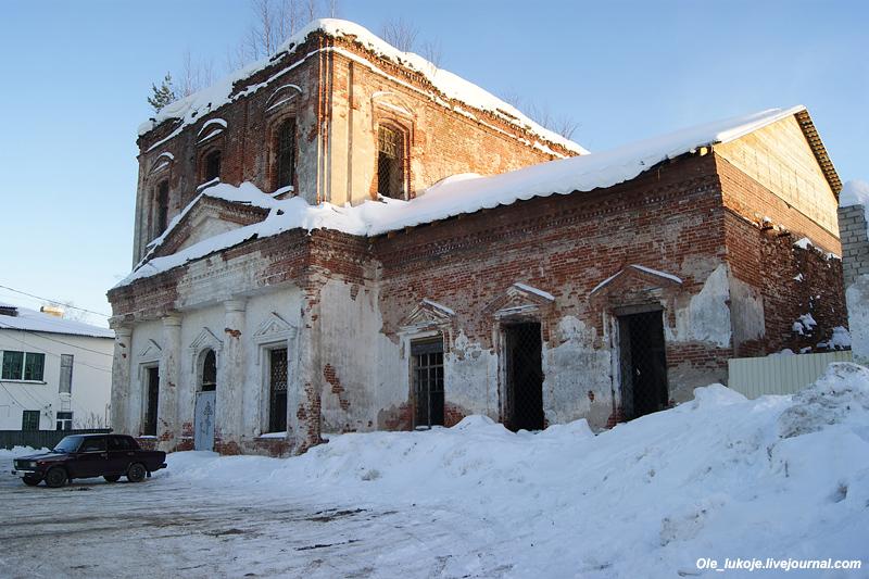Здесь нас встретит полуразрушенная и заброшенная Владимирская церковь.