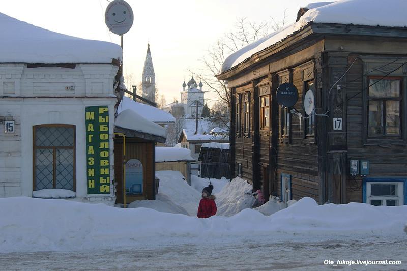 На Советской улице. Между домами виден Преображенский собор на холме.