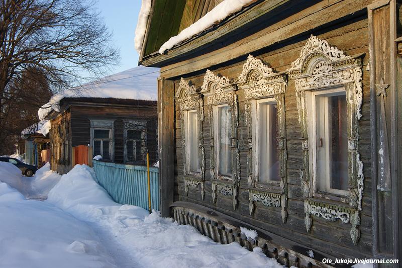 Один из деревянных домов, который сохранил резные наличники - отличительную особенность русских городов и сел. Хотя тут уже остатки прежней роскоши.