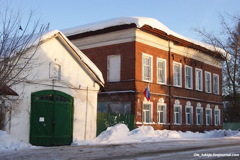 Немного эклектики - дом 19 века и бывшая торговая лавка конца века 18-го.