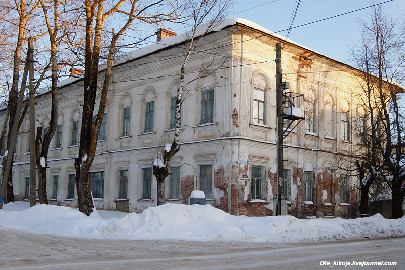 И сама бывшая гимназия, едва ли не самое большое здание на Советской.