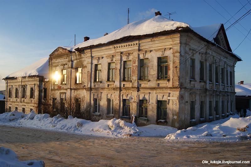 Бывшая земская больница первой половины 19 века. Сегодня это просто жилой дом, на втором этаже до сих пор живут люди, несмотря на аварийное состояние.