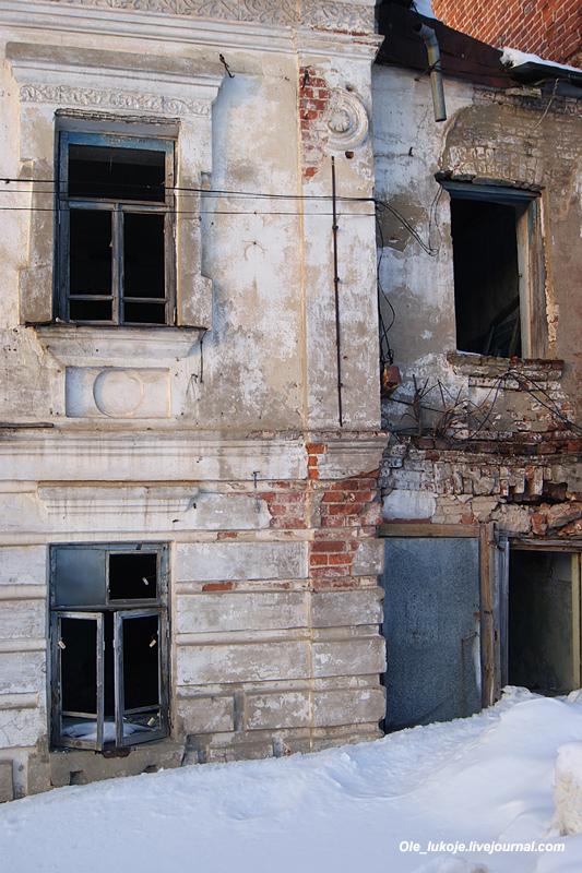 Дом сильно руинирован, но ещё частично обитаем. Как поведал один из жильцов, они уже несколько лет ждут переселения.