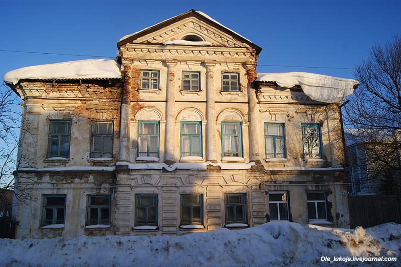 Напротив также жилой дом самого начала 19 века. Выразительный классицизм. Ныне состояние дома близко к аварийному, хотя второй этаж по-видимому еще жилой.