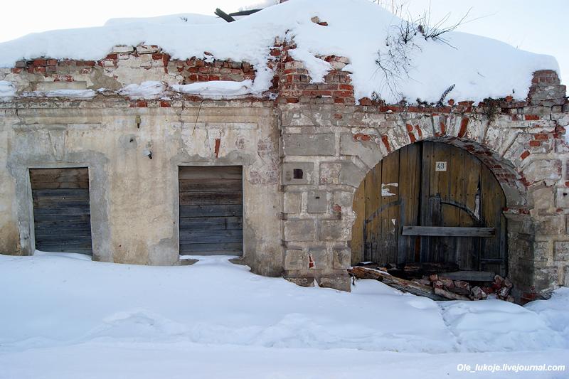 Советская, 49. Здесь стоял дом 1840 года с солидным портиком и колоннами на втором этаже (я видел фотографию). Теперь одни только руины. Увы, не успел...