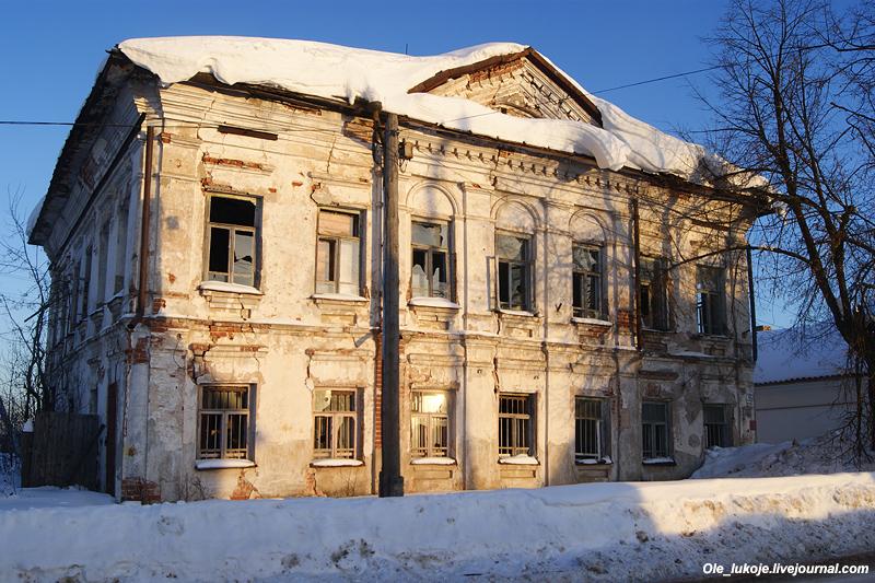 Усадьба с флигелем и двором середины 19 века. Заброшена и необитаема, на грани разрушения, стекла на окнах выбиты.