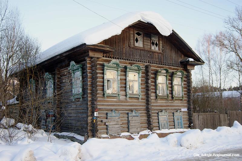Деревянный дом на соседней улице Юрьева. По всей видимости необитаем. А ведь можно было сохранить, бревенчатые дома стоят не один век даже в Сибири.