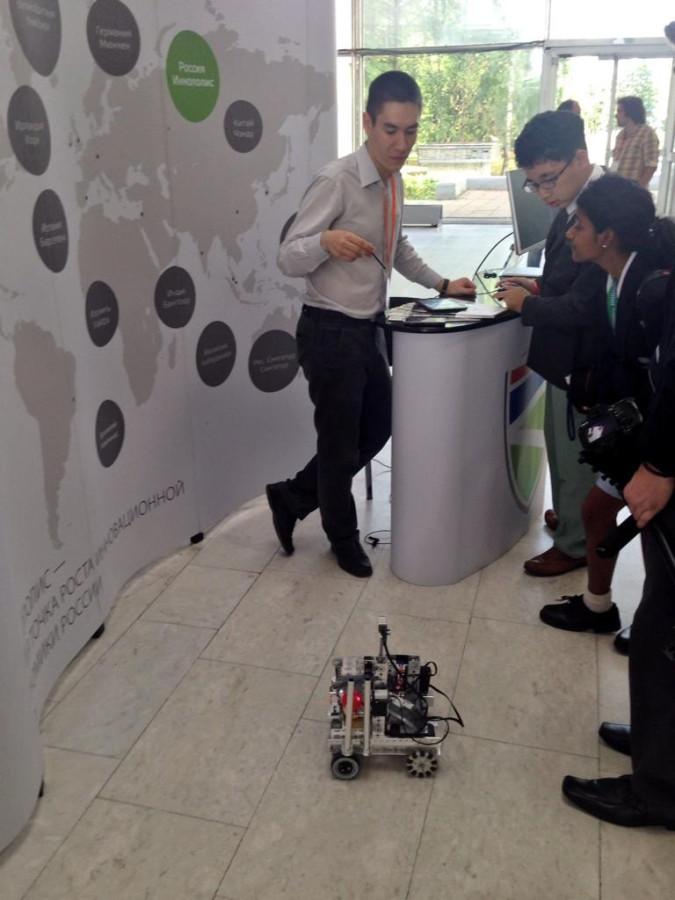 Нияз Кашапов демонстрирует школьникам со всего мира робота-победителя российского этапа 22222 Bufucb-IAAAoKjp.jpg large