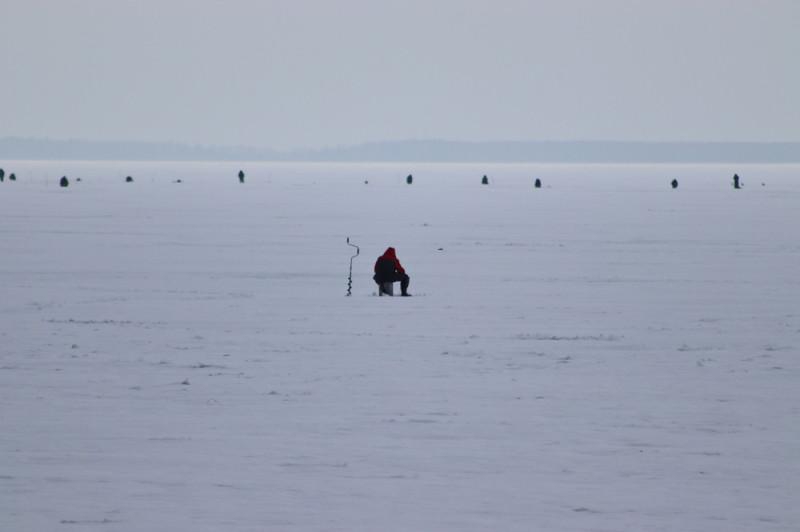 Рыбаки на льду Онежского озера