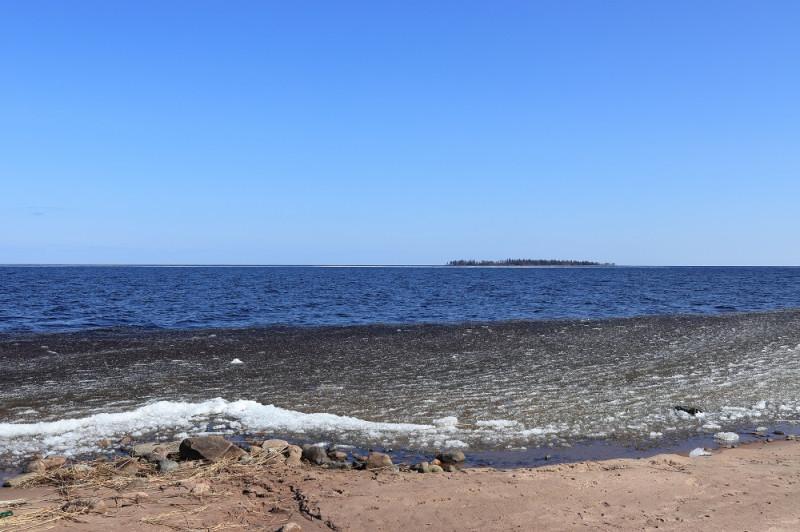На горизонте виден остров Голомянный, что значит в переводе с русского на русский - внешний