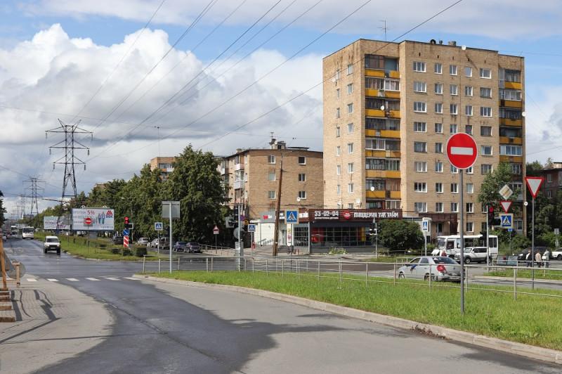 Октябрьский проспект. По центру проспекта проходит высоковольтная линия