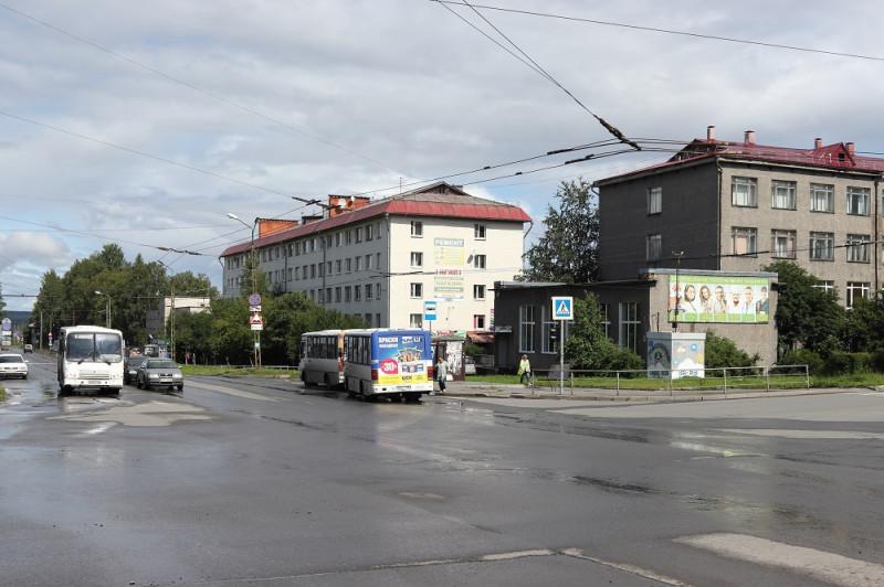 Улица Ленинградская. Справа серое здание - бывший Машиностроительный техникум, теперь Индустриальный колледж