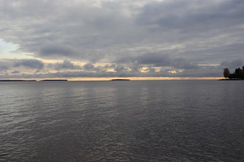 Вот так выглядит место гибели баржи №485 с берега. До Ивановских островов 8 км. Баржа находилась в 5 км от берега и в 3 км от Ивановских островов. Температура воды в конце сентября не более 10 градусов.