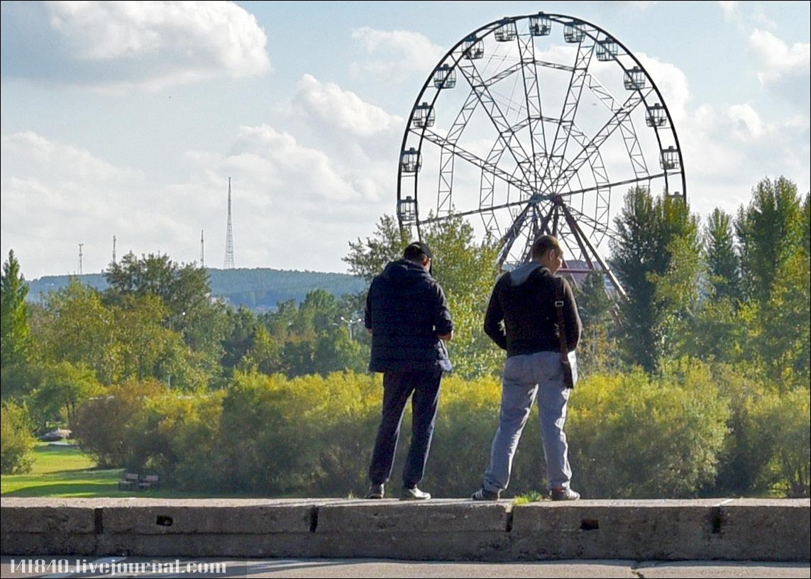 953 Вид на колесо обозрения с ул Остров юности.jpg