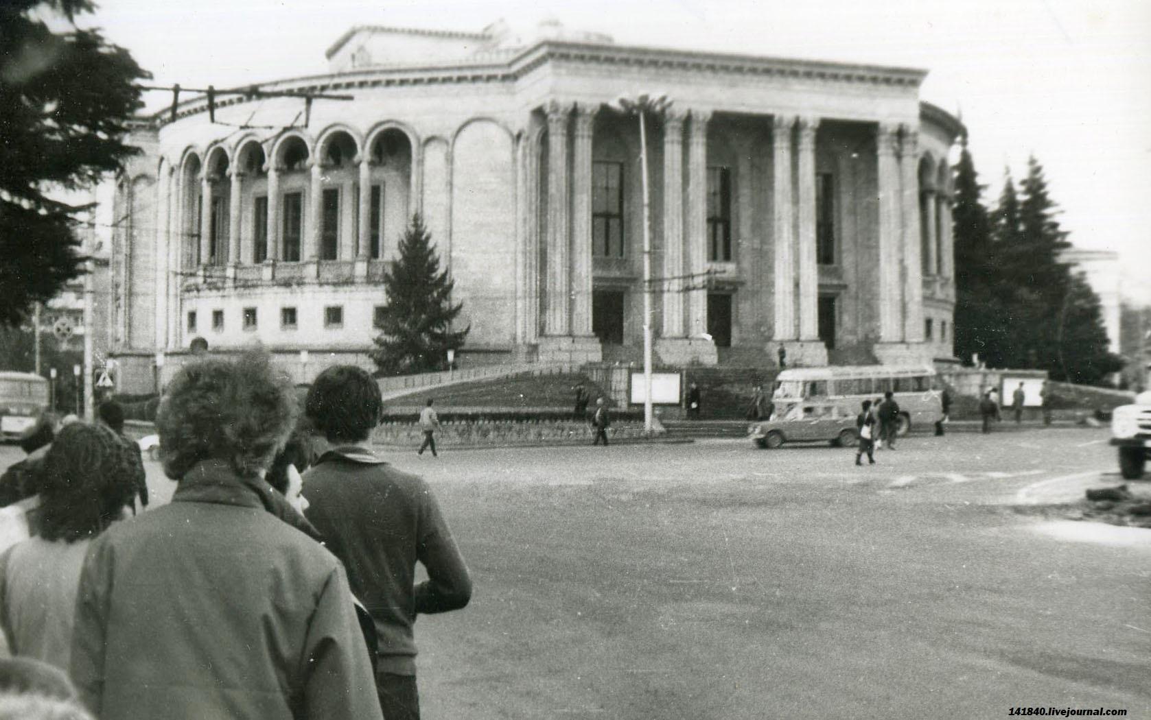Кутаиси Площадь Давида строителя Театр.jpg