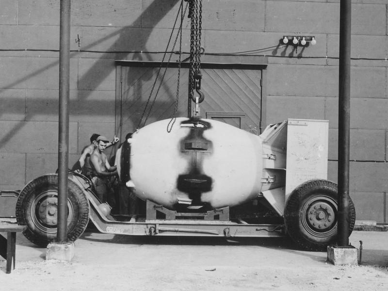 Fat_Man_Assembled_Tinian_1945.jpg