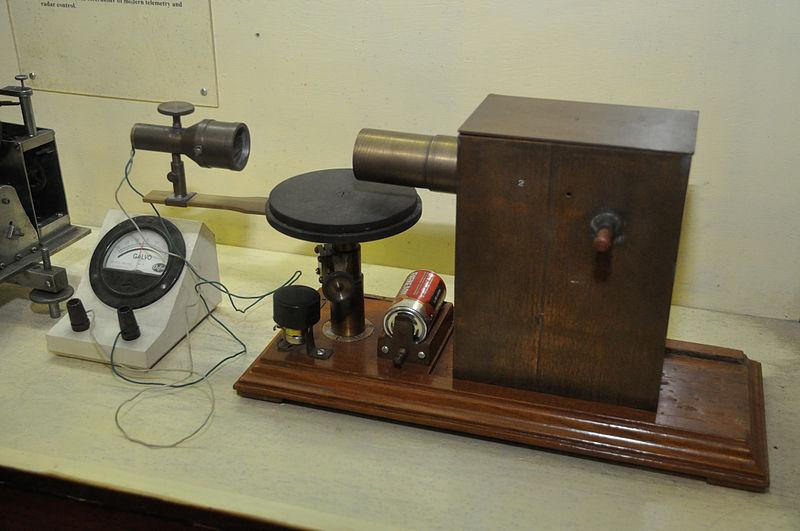 800px-Microwave_Apparatus_-_Jagadish_Chandra_Bose_Museum_-_Bose_Institute_-_Kolkata_2011-07-26_4051