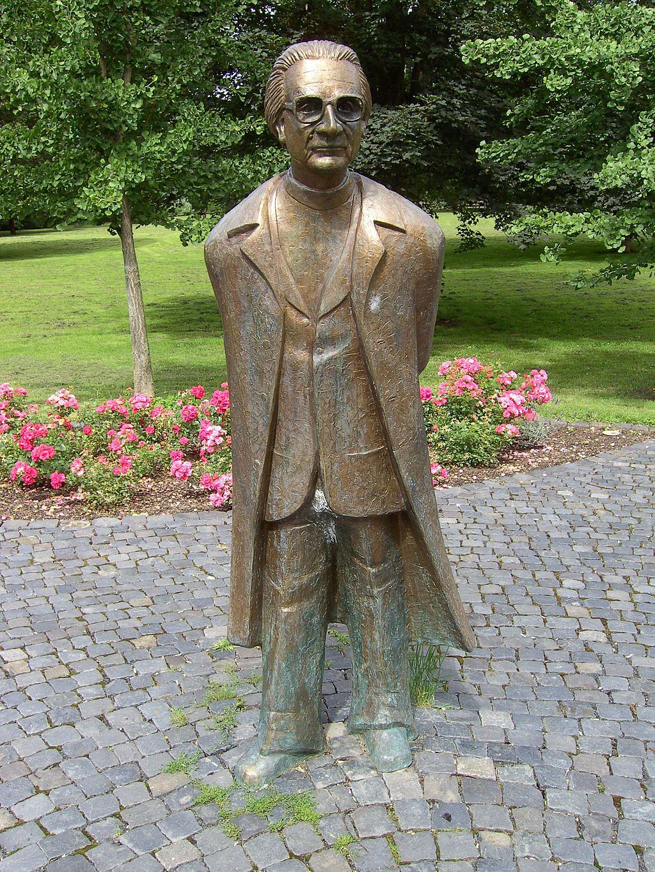 1024px-Konrad_Zuse_Denkmal_im_Huenfelder_Stadtpark