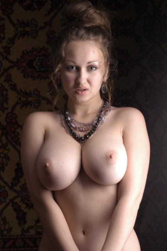Пышные женщины с голой грудью