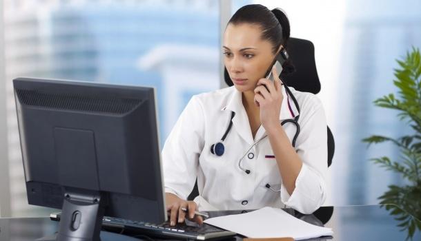 врач лечит по телефону