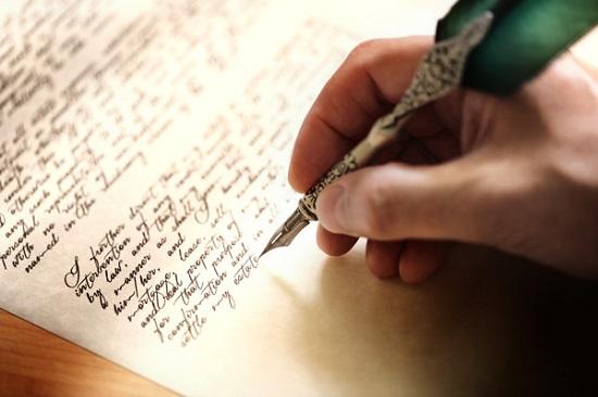 Рука с пером что-то пишет.