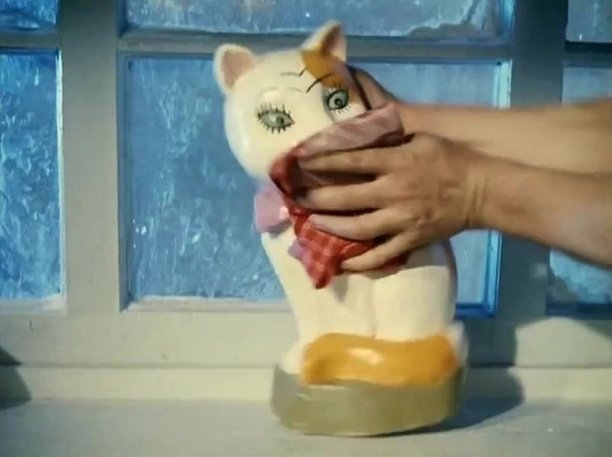 Кадр из Операции Ы, кошка-копилка, душимая Вицыным
