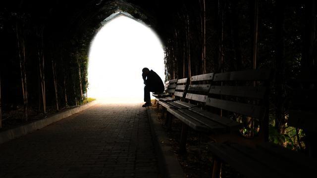 картинка со светом в конце тоннеля, к коему кадр, сидящий на скамейке в оном тоннеле, не стремится