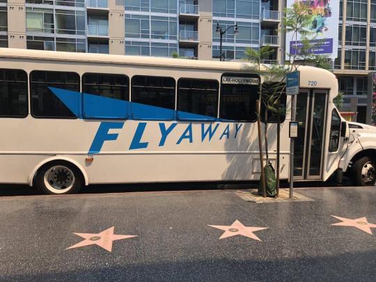 В автобусе LAX было жарко, как у чертей в аду без намёка на кондиционер.