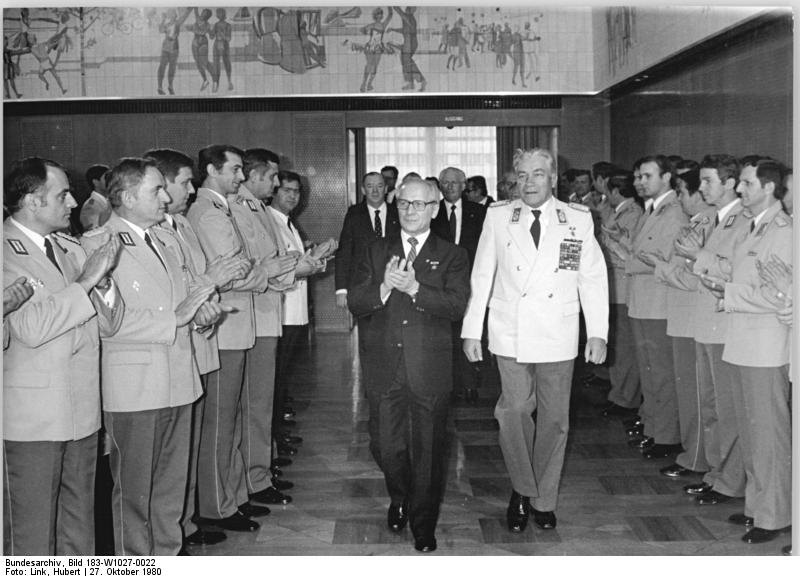 Bundesarchiv_Bild_183-W1027-0022,_Berlin,_Militärakademie-_Absolventen,_Empfang