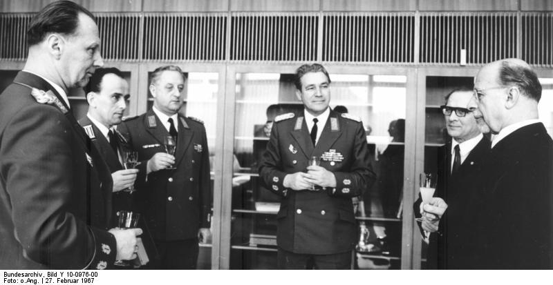 Bundesarchiv_Bild_Y_10-0976-00,_Generalsernennung_durch_Walter_Ulbricht