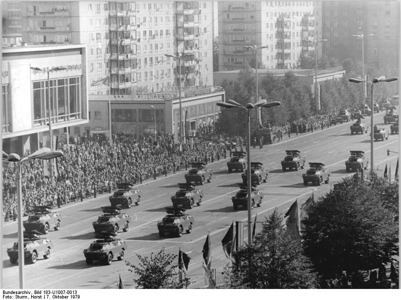 Bundesarchiv_Bild_183-U1007-0013,_Berlin,_30._Jahrestag_DDR-Gründung,_Parade