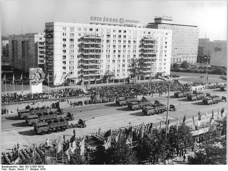 Bundesarchiv_Bild_183-U1007-0019,_Berlin,_30._Jahrestag_DDR-Gründung,_Parade