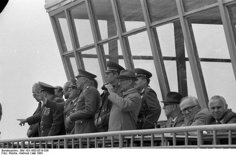 Bundesarchiv_Bild_183-1983-0519-036,_Magdeburg,_Erich_Honecker_besucht_die_Truppe